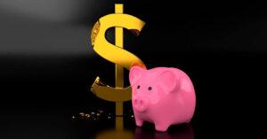 Cofre em formato de porco com o simbolo de dinheiro atrás dele mostrando como economizar